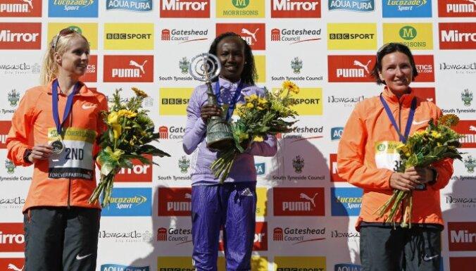 Kenya Mary Keitany wins Great North Run, second Great Britain Gemma Stee and Latvia Jelena Prokopcuka