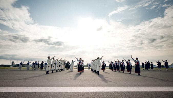 Starptautiskus laurus plūc Gatves deja uz lidostas 'Rīga' skrejceļa