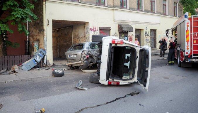 Фото: на улице Бруниниеку столкнулись машины, одна перевернулась
