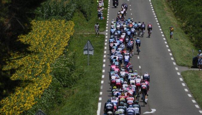 Skujiņš finišē lielajā grupā 'Tour de France' posmā