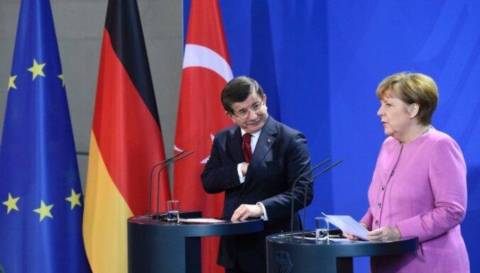 Turcija apsolījusi Merkelei darīt visu iespējamo bēgļu plūsmas samazināšanai