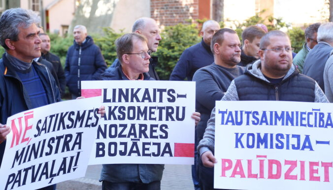 ФОТО: Таксисты вышли на акцию протеста у Сейма