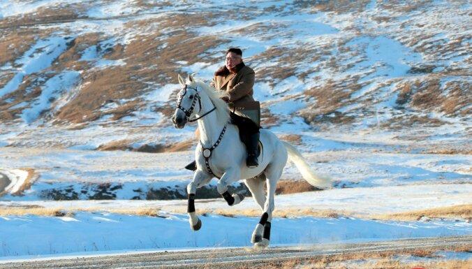 Ким на белом коне на священной горе. Просто конь или сигнал Западу?