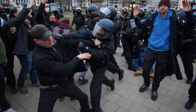 Protesti pret Covid-19 dēļ noteiktajiem ierobežojumiem Kaselē pāraug vardarbībā