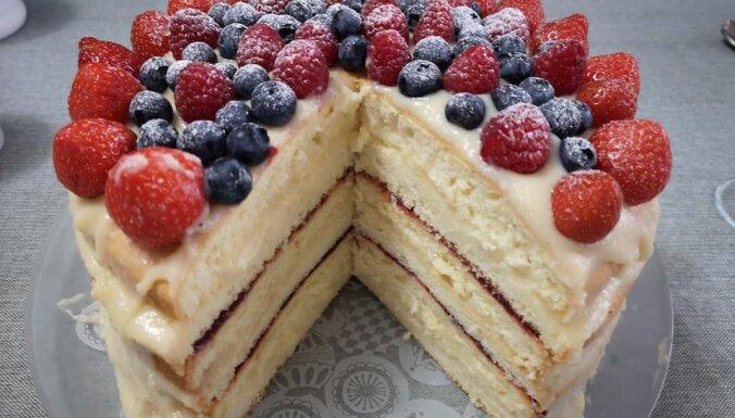 Seškārtainā lauku torte ar vārīto krēmu un dzērveņu zapti