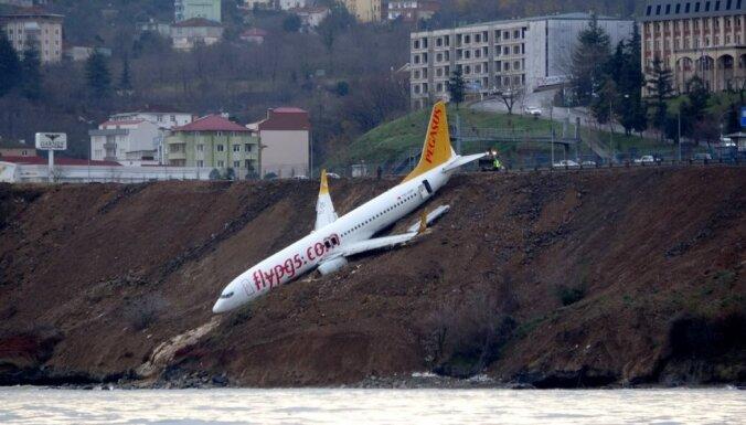 ФОТО: В Турции самолет при посадке чуть не скатился в море