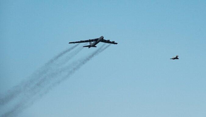 Foto: Latviju pārlido ASV stratēģiskie bumbvedēji 'B52'