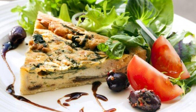 Лоранский киш с луком-пореем, сыром и маслинами