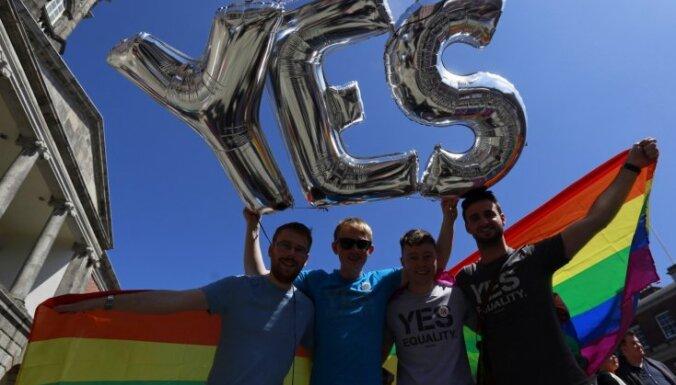 """Посольство США в Латвии подняло флаг ЛГБТ. СМИ назвали это """"бунтом"""""""