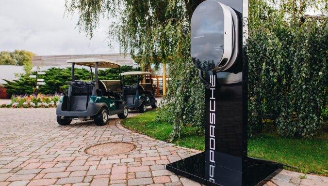 'Porsche' attīsta elektromobiļu infrastruktūru Latvijā un atklāj pirmo publisko uzlādes staciju