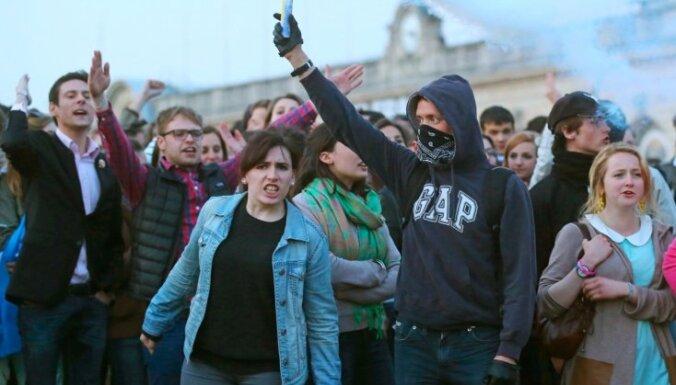 Desmitiem tūkstoši Parīzē protestē pret viendzimuma laulībām