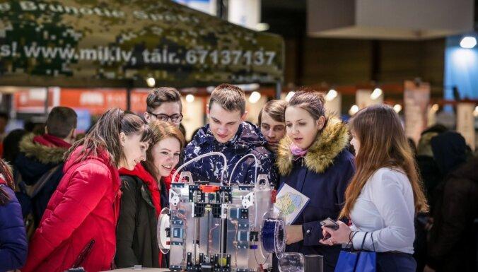 Izstādē 'Skola 2020' skolēniem iespēja izmēģināt visdažādākās profesijas