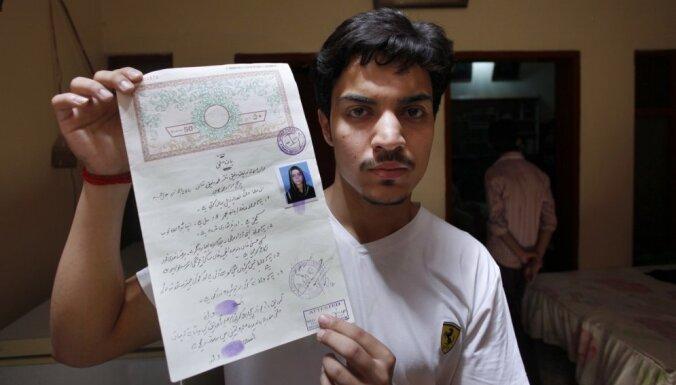 Ģimene Pakistānā dzīvu sadedzina savu meitu