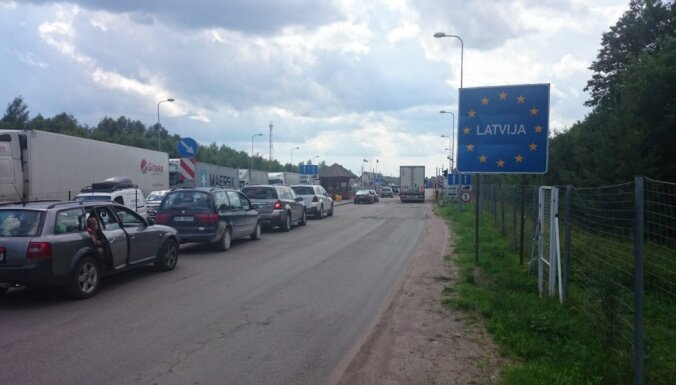 Очевидец: Многочасовые пробки на границе - Латвия никого не впускает