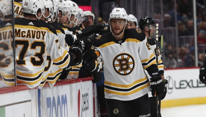 'Bruins' hokejists Pastrņāks gūst visus četrus komandas vārtus NHL mačā