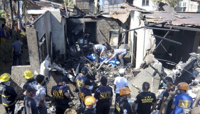 Filipīnās desmit cilvēki gājuši bojā, lidmašīnai iegāžoties mājā