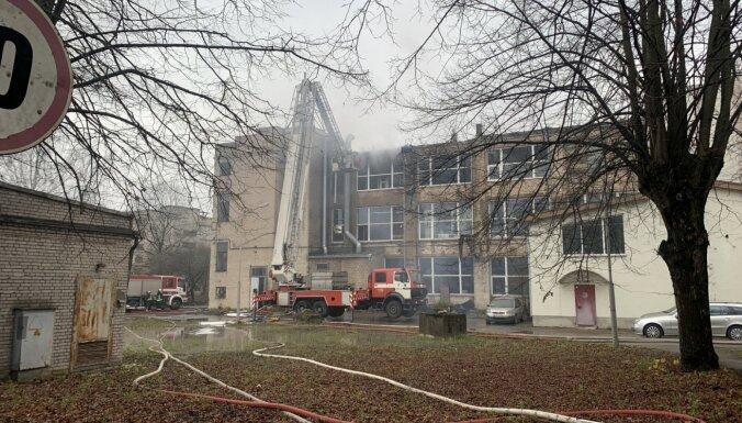 В Засулауксе горело производственное здание: на месте ЧП работал 41 спасатель