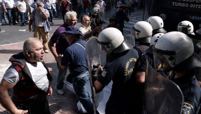 Grieķijas policija izmanto piparu gāzi pret protestējošiem pensionāriem