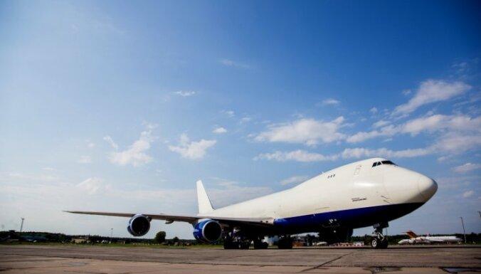 Foto: Rīgā nolaižas visu laiku lielākā 'Boeing' lidmašīna