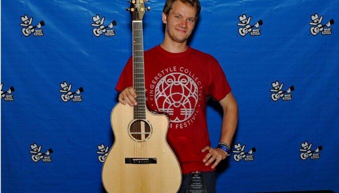 Gints Smukais novērtēts kā trešais labākais akustiskās ģitāras pirkstu spēles ģitārists pasaulē