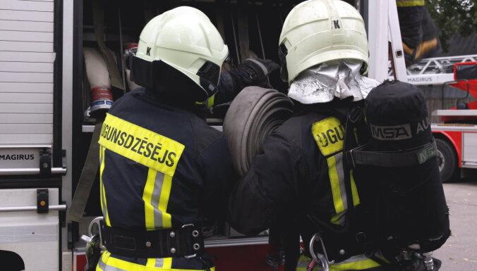 Nodzēsts ugunsgrēks Liepājā ostas piestātnē