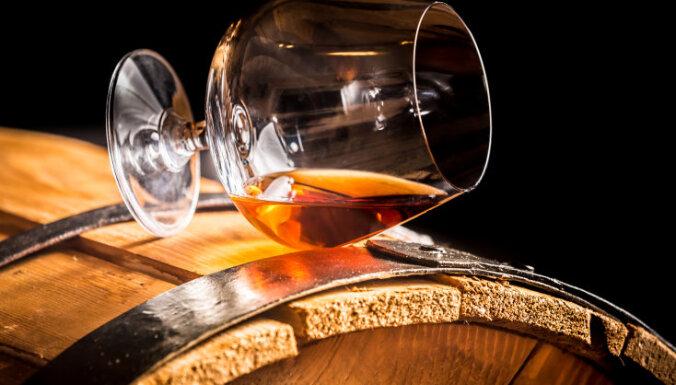 Махинации в Елгаве: Госполиция подозревает, что дума закупала дорогой алкоголь вместо цветов