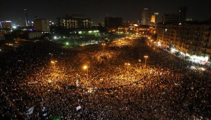 Kairā turpinās protesti pēc tiesas sprieduma Mubarakam nolasīšanas