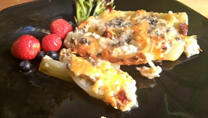 Kabaču daiviņas ar zilo sieru un kaltētiem tomātiem