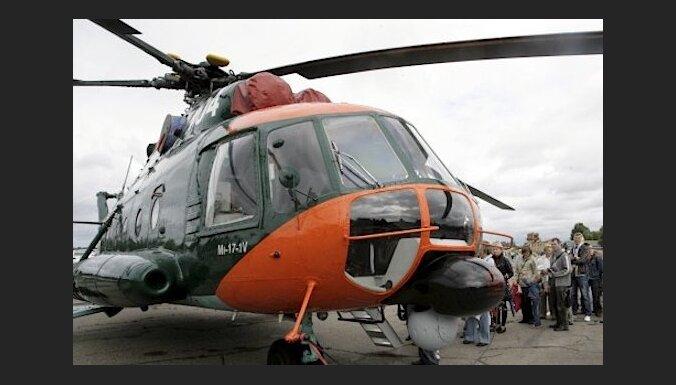 Ar armijas helikopteru no kravas kuģa 'Ostsee' evakuē cilvēku