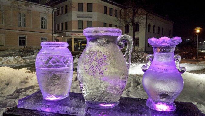 Foto: Rēzeknē izvietotas vairākas ledus skulptūras