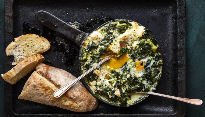 Brokastis ar šiku: olu 'ligzdiņas' krēmīgos spinātos