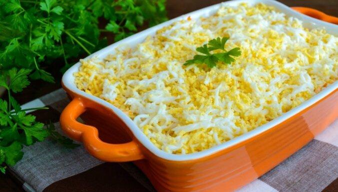 Слоеный сырный салат со шпротами и зеленым луком