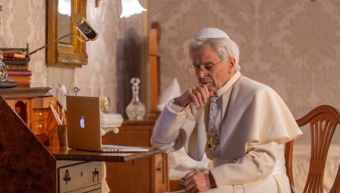 """Папа носит Prada. В НРТ - премьера спектакля """"Белый вертолет"""" с Барышниковым в роли наместника Бога"""