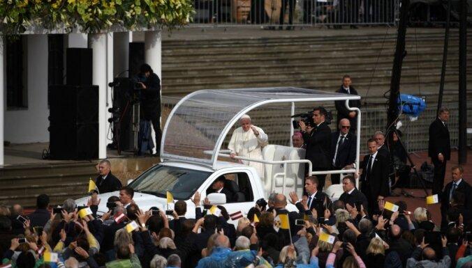 Nolikt malā apsūdzības un pieņemt vienam otru – pāvests Francisks mudina ticīgos Aglonā