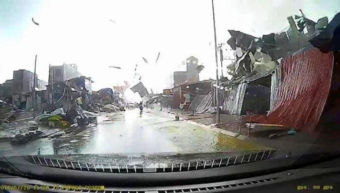 Video: Vjetnamā tornado sekunžu laikā pilsētas kvartālu pārvērš drupās