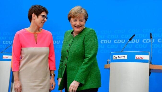 Merkeles iespējamā pēctece rosina Eiropā nelaist notiesātus patvēruma meklētājus