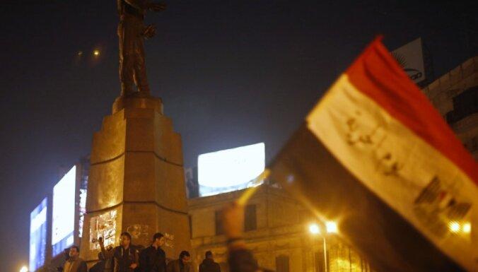 Protestos Ēģiptē pēc tiesas lēmuma Mubaraka lietā divi cilvēki zaudējuši dzīvību