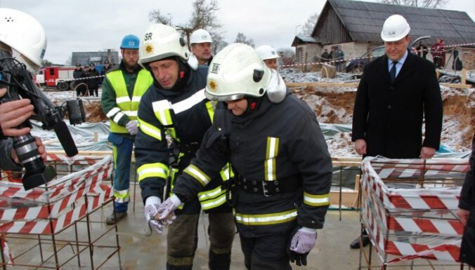 Foto: Skrundā sāk būvēt jaunu ugunsdzēsības depo