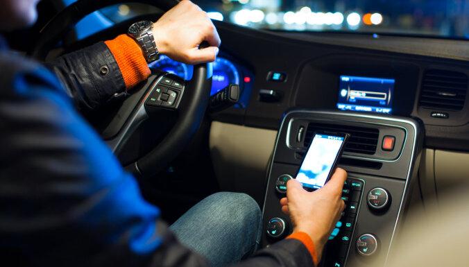 Латвийцы повадились воровать светоотражающие столбики на дорогах: водителей просят сообщать о подозрительных действиях