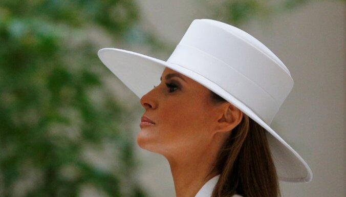 Melānijas Trampas baltā platmale aizēno Francijas prezidenta sagaidīšanas ceremoniju