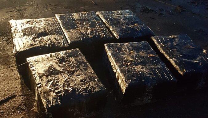 ФОТО: пограничники вытащили из Даугавы плот с контрабандными сигаретами