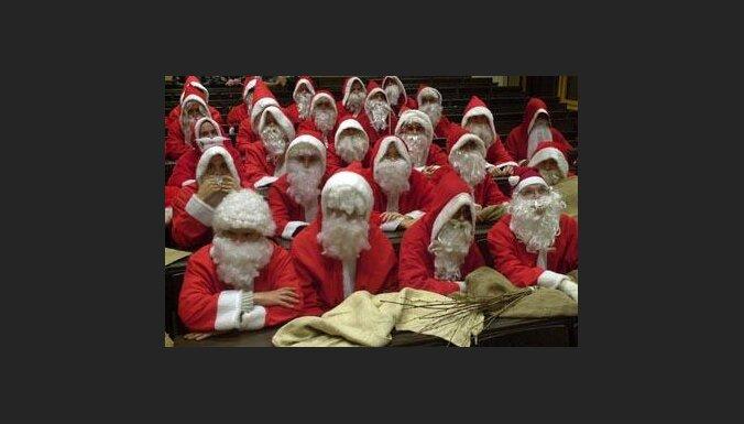 Санта-Клаусам тоже надо ходить в школу (с) EPA-AFI