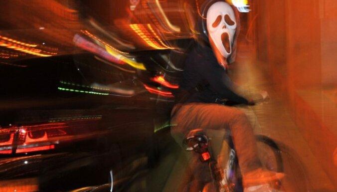 Эхо Хэллоуина: детей прямо на улице обмотали изолентой и отобрали мобильник