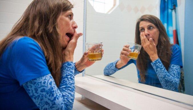 ASV sieviete dzer savu urīnu un tīra tajā zobus