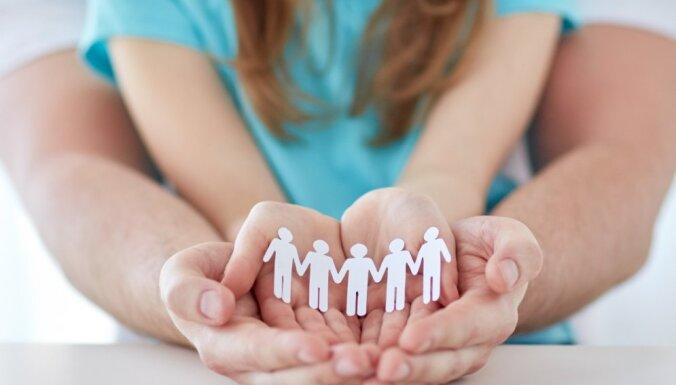 Paplašināta daudzbērnu ģimeņu definīcija; turpinās pieteikšanās atlaižu kartēm