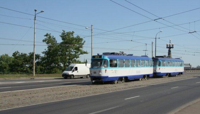 Divu auto un tramvaja sadursmē Rīgā cieš sieviete