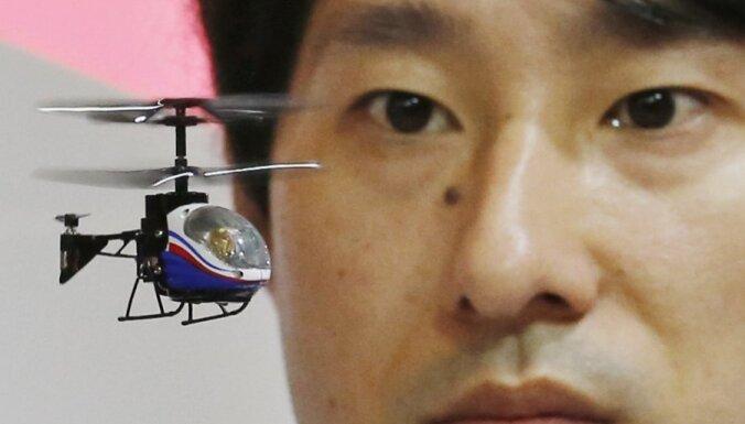 No viedtālruņu daļām radīts pasaulē mazākais radiovadāmais helikopters (+FOTO)