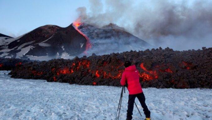 Foto: No vulkāna Etna plūst lavas straumes; vairāki tūristi ievainoti