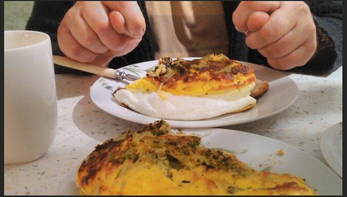 Gaisīgā omlete ar sieru un saldētiem dārzeņiem