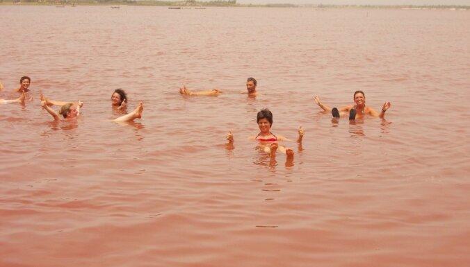 Foto: Rozā toņos iekrāsotais Retbas ezers, kur iegūst tonnām sāls